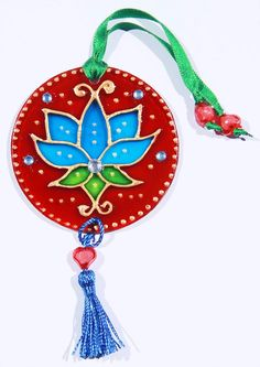 Tree of life with Goddess symbol silk mandala. Cd Crafts, Creative Crafts, Creative Art, Diy And Crafts, Arts And Crafts, Wire Ornaments, Stained Glass Ornaments, Stained Glass Flowers, Christmas Ornaments