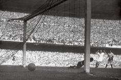 Copa de 1950 Para receber as 13 seleções do maior evento futebolístico do mundo, o Brasil construiu o Estádio Municipal do Rio de Janeiro, o famoso Maracanã