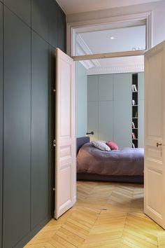 Une réalisation WOM Design smg@womdesign.fr Création d'un dressing attenant à la chambre et d'un pan de placard#kaki#parquet Appartement Haussmanien Paris 17ème