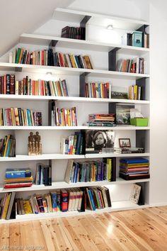 Półki na ksiazki z nowoczesnego białego mdf-u