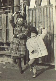 Japanese children striking poses for the camera. Retro Pictures, Old Pictures, Old Photos, Vintage Photos, Showa Period, Showa Era, Japanese History, Japanese Culture, Japanese Mythology