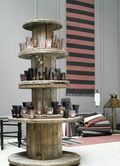 arrange shelves yourself hose reel - The Home Decor Trends Pallet Furniture, Furniture Projects, Driftwood Chandelier, Room Divider Shelves, Built In Shelves, Build Shelves, Wooden Spools, Rustic Gardens, Spool Tables