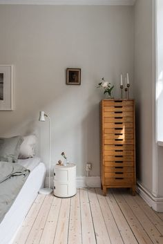 Bright bedroom with warm colors and wood accents via Krone Kern - Furnit ., Bright bedroom with warm colors and wood accents via Krone Kern - Furniture - accents Bohemian Bedroom Decor, Hippy Bedroom, Wood Accents, Home Bedroom, Bedroom Furniture, Tan Bedroom, Bedrooms, Trendy Bedroom, Bedroom Corner