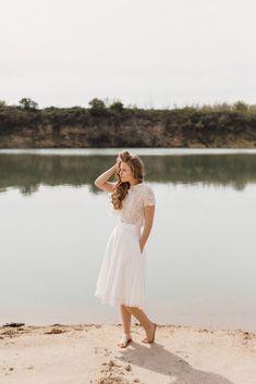 Wir haben moderne zweiteilige Brautkleider für das Standesamt oder die freie Trauung entworfen. Locker und luftig aus natürlichen Stoffen. Wir lieben Mix & Match! Spitzentops aus Baumwollspitze oder schlichte Tops aus Baumwolle gefertigt. Brautröcke aus weichem Soft Tüll, Bio Baumwoll Tüll oder fließendem Chiffon. Foto: Diana Frohmüller #nachhaltig #fair #modernebraut #brautkleidzweiteiler #brautrock #spitzentop #mixandmatch #brautkleid #hochzeitskleid #elementarbraut #biobrautkleider