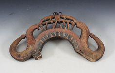 Rikt utskåret og malt høvre med bl.a. dyrefigurer, 1700 t. L: 41 cm. Skader. Prisantydning: ( 800 - 1200) Solgt for: 800