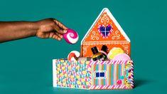 Wir haben ein Lebkuchenhaus gebacken. 🤤Im Inneren befinden sich süß-duftende Produkte zum Baden und Duschen. Und weil das beste am Backen das Ausschlecken der Schüssel ist, gibt es ein Cookie Dough Lippenpeeling noch dazu. 😋 Gingerbread, Playing Cards, Showers, Christmas Gifts, Products, Bathing, Xmas, Game Cards