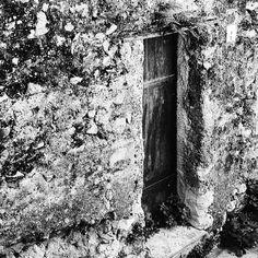 Quarto e penultimo scatto in bianco e nero. Questa sera ho postato un'immagine di un vecchio edificio presente nella mia città. Anche in questo casol'uomo si è dimenticato del passato per costruirsi il suo futuro. Ma si sa che il futuro senza passato non ha ragione di esistere. Vero? Buonanotte.  Edit with @vscoB1  #buonanotte #goodnight #italia #italy #campania #salerno #followme #seguitemi #sud #verso_sud_bnw #bnw #blackandwhite #vsco #vscocam #vscoitaly #vscobnw #old #igersoftheday #igers…