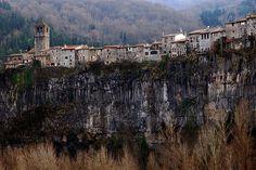 Castellfollit de la Roca és una vila de la comarca de la Garrotxa, a les Comarques Gironines.   Forma part del Parc Natural de la Zona Volcànica de la Garrotxa.   És un dels municipis més petits de Catalunya, amb menys d'un quilòmetre quadrat.