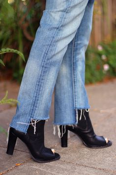 Many of you asked about the jeans I wore in last week's DIY so I thought I'd share the far tooeasy steps to achieve the same look. They were inspired by a pair of Vetements, worn by Pernille Teisbaek, during London Fashion Week. I loved the raw, uneven hem so much that Iimmediately pulledan