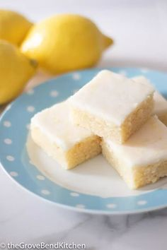 The best Lemon Brownies are fudgy like brownies and citrusy like lemon bars. The lemon glaze makes them taste like sunshine! These Lemon Brownies are so delicious, it's difficult to take just one bite!!! Catering Trays, Dessert Catering, Dessert Bars, Lemon Brownies, Chocolate Brownies, Vegan Chocolate Mousse, Chocolate Peanut Butter Cookies, Cheesecakes, Orange Slice Cake