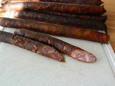 Kýtu a bůček pomeleme na šajbě číslo 8. Vložíme do vhodné nádoby a přidáme koření a rychlosůl a velice dobře propracujeme, až ze zhotovené koule... Do It Yourself Food, Biltong, How To Make Sausage, Kielbasa, Food 52, Poultry, Asparagus, Ham, The Cure