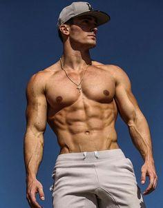 Bodybilder bonks a boy