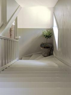 mur à moitié peint en gris pour décorer et personnaliser la cage d'escalier