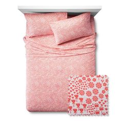 The Fetching Florals Sheet Set from the Pillowfort Floral Field collection is covered in a pretty, dainty pattern of flowers. This kids' sheet set has a variety of flower styles that cover the bed like sleeping in a floral field. The same floral pattern covers the pillowcase, top sheet and fitted sheet.