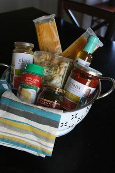 Nudeln, Gewürze, Parmesan und Soße   eine italienische Speise Geschenkkorb Ideen