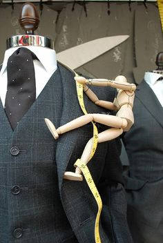 Must use little wooden art mannequins everywhere. That is adorable. Window Display Design, Store Window Displays, Retail Displays, Visual Merchandising Displays, Visual Display, Fashion Merchandising, Retail Windows, Store Windows, Boutiques