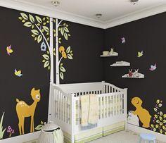 chambre de bébé avec un lit et armoires à rangement au-dessous du lit