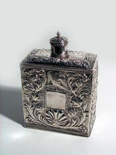 Antiek zilveren theebus met gedreven motieven van bloemen en vogels, mr. Jacobus Bontekoe, ca. 1740.