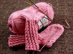 Nallesta, vispipuuron värisestä valmistuu Kesäyön hullutus numero 21 aikanaan, melko piankin toivottavasti. Pienet sukat sopivat prinsessall...