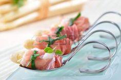 Verse asperges met rauwe ham en prei photo