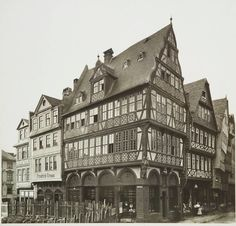"""Die """"Goldene Waage"""", das prachtvollste Haus der Frankfurter Altstadt, ist einst von Bomben zerstört worden. Ihre Reste haben in einem Garten in Dreieich überdauert. Foto Frankfurt, Maine, Germany And Prussia, Steinmetz, Brandenburg Gate, North Sea, European Countries, Window Displays, Krakow"""