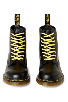 The Original Black from Dr. Martens are made from durable leather with a smooth finish. Dm Boots, Combat Boots, Dr Martens Boots, Doc Martens, Denim Fashion, Fashion Men, Fashion Outfits, Martens Style, Textiles