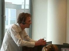 Teamleider Bram neemt zelf wel eens een gesprek over. Soms heb je klanten…..