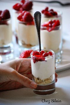 Crema diplomática con frutos rojos - Mailbox Tutorial and Ideas Mini Desserts, Mocca, Sweet Recipes, Creme, Catering, Sweet Treats, Brunch, Food And Drink, Cooking Recipes