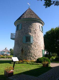 Le moulin à vent de Verchères est un moulin construit avant 1737. Il est en activité au moins jusqu'en 1886, puis est acheté par le gouvernement fédéral en 1913 pour servir de station de signalisation pour la navigation. En 1949, la municipalité l'acquiert et l'utilise aujourd'hui pendant la saison estivale, comme galerie d'exposition. Il s'élève aux abords du fleuve Saint-Laurent, à Verchères. Photo : Jean-François Rodrigue 2004 © Ministère de la Culture et des Communications