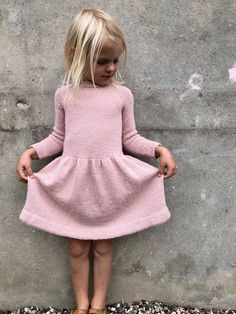 Karlas kjole - Lilly is Love Baby Patterns, Dress Patterns, Knitting Patterns, Knitting For Kids, Baby Knitting, Baby Outfits, Kids Outfits, Ravelry, Knit Baby Dress