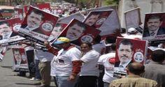 Ratusan pendukung Presiden Mesir terguling Muhammad Mursi membuat dua rantai manusia di Kairo barat untuk menuntut kembali Mursi menjadi presiden Mesir.