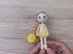 Схемы вязаных платьев для кукол на примере куколички Ромашки. Рост 12 см, из хлопквых ниток на каркасе. Авторская схема от Katkarmela с фото и видео.