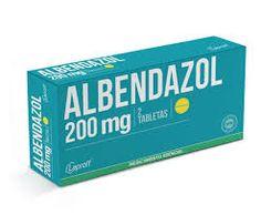 Albendazol, PA: Albendazol. Es larvicida, ovicida y vermicida, al inhibir la polimerización de la tubulina. Esto causa la disrupción del metabolismo del helminto, que inmoviliza y después mata.