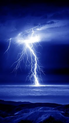 Extreme Bolt Lightning into the Clouds and into the Ocean All Nature, Science And Nature, Amazing Nature, Beautiful Sky, Beautiful World, Wild Weather, Thunder And Lightning, Lightning Sky, Lightning Strikes