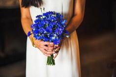 Super schöner und kreativer  Brautschtrauß. mit der knalligen Farbe ist das ein Hingucker auf der Hochzeit   Blumenbar   Foreverly.de