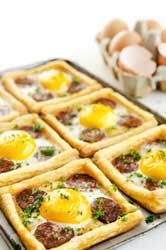 Small, delicious and simple chorizo egg tarts .- Petites tartes oeufs chorizo toutes simples et délicieuses en entrées Small Chorizo Egg Pies Good Healthy Recipes, Healthy Snacks, Protein Recipes, Chorizo And Eggs, Breakfast Smoothie Recipes, Quiches, Omelettes, Mets, Easy Meals