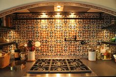 Love how spices and cookbooks are tucked away to the sides; Spanish House, Spanish Style, Spanish Tile Kitchen, Dream Home Design, House Design, Hacienda Style Homes, Mediterranean Kitchen, Mexican Kitchens, Global Home