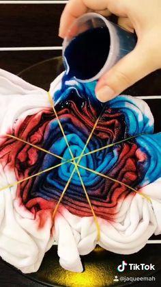 Diy Tie Dye Shirts, Diy Shirt, Tie Dye Fashion, Diy Fashion, Diy Tie Dye Designs, Diy Tie Dye Techniques, Tie Dye Tutorial, Tie Dye Party, Tie Dye Crafts