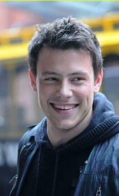 Asi recordaremos a Cory:Tan alegre y carismatico.....Creo que en el cielo necesitaban a un buen cantanta para alegrar arriba!!!TE EXTRAÑAMOS.RIP