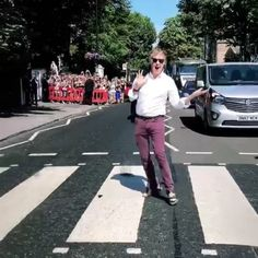 Sir Paul McCartney crossed Abbey Road this week as he headed to play a special secret gig -- recreating the classic Beatles album cover in the process. Linda Mccartney, Paul Mccartney Beatles, Paul Mccartney Young, Paul Mccartney Quotes, Abbey Road, Beatles Love, Beatles Photos, Beatles Poster, George Harrison