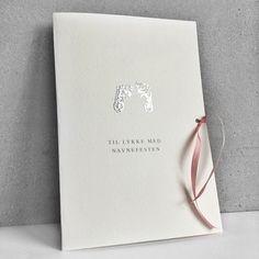 Kort til navnefest for jente. Kortet er håndtrykt med babyføtter i sølv, og pyntet med en nydelig rosa sløyfe i ekte matt silke.