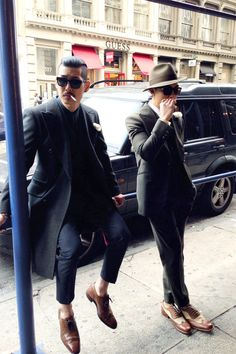 I'm not encouraging you to smoke in order to look great like these two guys, but to WEAR like these two guys in order to belong to the dapper ones!