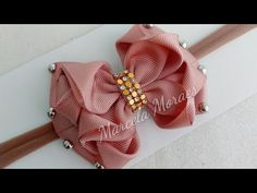 Laço delicadeza! - YouTube Handmade Hair Bows, Diy Hair Bows, Diy Bow, Diy Ribbon, Ribbon Hair, Ribbon Bows, Baby Hair Accessories, Craft Accessories, Crochet Accessories