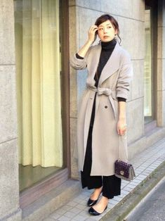 柔らかい素材で優しい印象に♡おしゃれ見せガウンコートのコーデ♪スタイル・ファッションの参考に♪ もっと見る