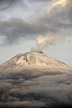 Columnas de humo de tres kilómetros por las explosiones del Popocatépetl  EL PAÍS
