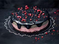 Pinkkiä ja mustaa! Vadelmaa ja lakua! Siinä tämän kakun valloittavat elementit. Valmista näyttävä kakku, jota voi tuunata niin synttärisankarille kuin tarjottavaksi isänpäivänä. Kakku on myös loistavasti myös halloweenteemaan. Yummy Treats, Sweet Treats, Yummy Food, Tasty, Sweet Recipes, Cake Recipes, Cupcake Cakes, Cupcakes, Raw Cake