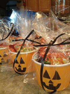 Fun, easy and inexpensive treats/gifts for students, teachers or friends! Use plain orange cup/small bowls use a black marker to draw jack-o-latern face and fill with goodies/treats. Use clear treat bags and green or blacks ribbon to complete. Dulceros Halloween, Halloween Treats For Kids, Halloween Favors, Halloween Goodies, Halloween Birthday, Holidays Halloween, Diy Halloween Goodie Bags, Halloween Infantil, Spooky Treats