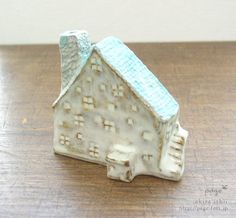 house  エントツ屋根の2階建てのおうち ブルー