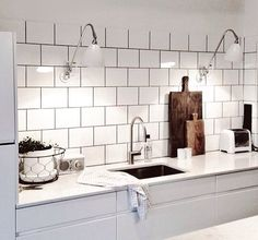 Whether your kitchen is modern or traditional look, there is an endless option for your kitchen backsplash ideas to match it. The kitchen backsplash is a must, functionally and aesthetically. Condo Kitchen, Kitchen Dinning, New Kitchen, Kitchen Decor, Kitchen Backsplash Peel And Stick, Kitchen Tiles, Backsplash Ideas, Beautiful Kitchens, Cool Kitchens