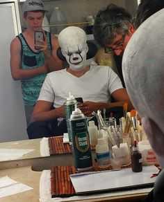 Behind the scenes of Pennywise the Clown in It Scary Movies, Horror Movies, Good Movies, I Love Cinema, Skarsgard Family, It Bill Skarsgard, Bill Skarsgard Pennywise, It Movie 2017 Cast, It The Clown Movie